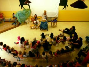 Les enfants autour de l'animation Le Bateau de M. Zouglouglou