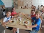 Apéritif offert aux enfants pour fêter le nouveau restaurant scolaire Le Repausset au Grau du Roi