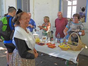 Arlésienne aux dégustations des produits du terroir à l'Office de tourisme Terre de Camargue