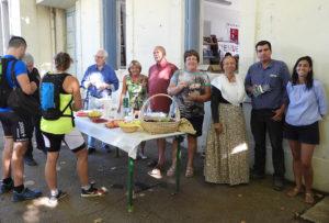Les producteurs et les bénévoles partenaires autour d'Isabelle Julliand en tenue d'Arlésienne